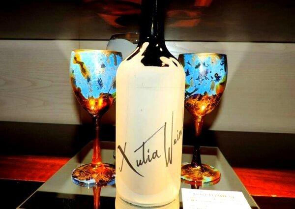 Copas y botella decoradas, de Xulia Weinberg