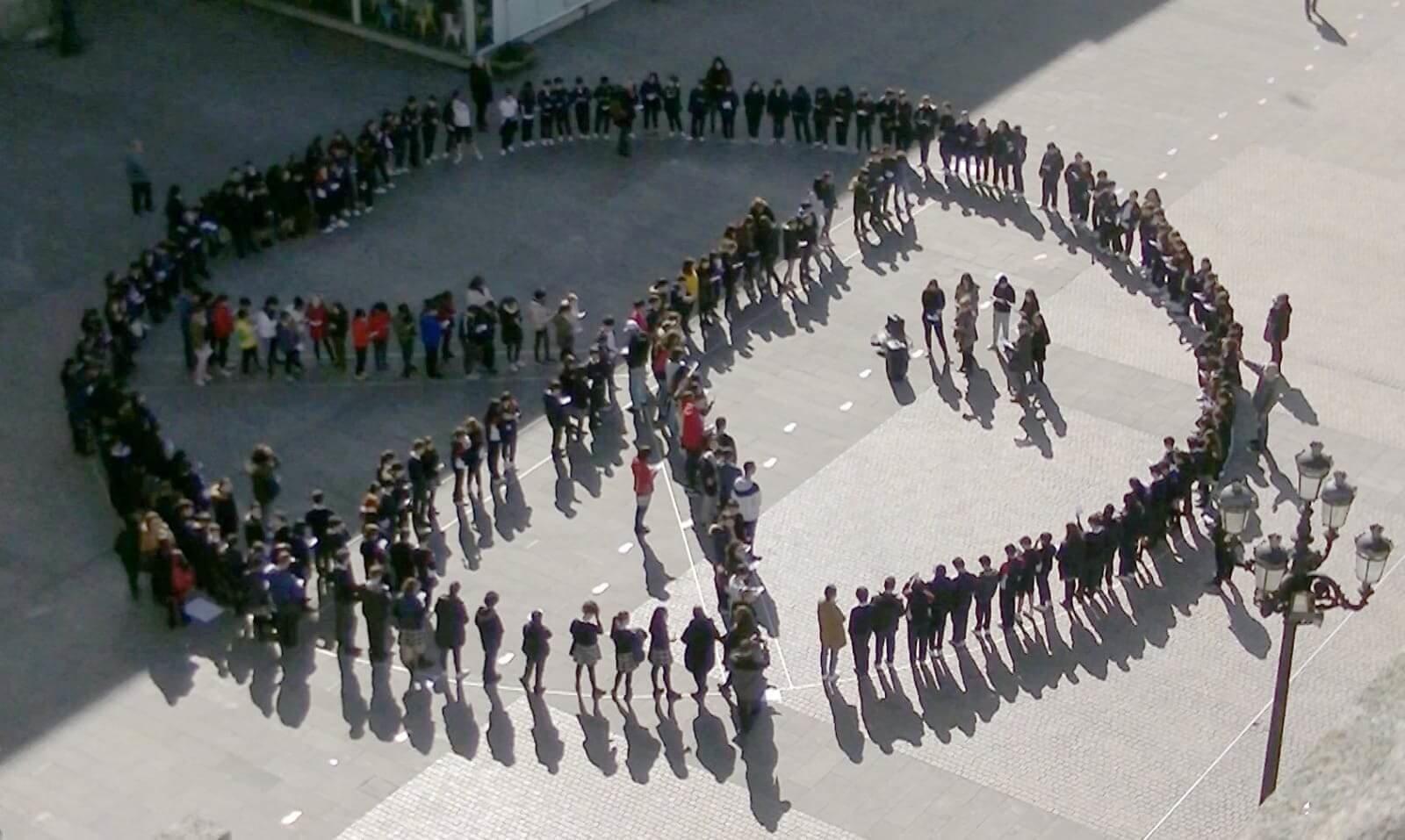 Símbolo humano de la paz hecho por escolares