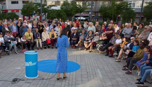 Silvia Cameán intervindo no mitin de Marea Atlántica na praza das Conchiñas